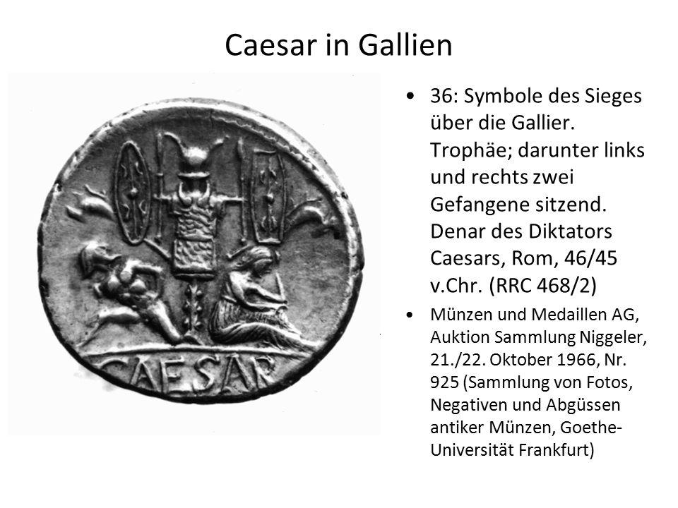 Caesar in Gallien 36: Symbole des Sieges über die Gallier. Trophäe; darunter links und rechts zwei Gefangene sitzend. Denar des Diktators Caesars, Rom