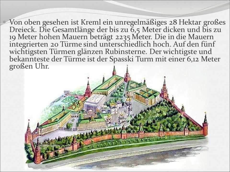 Von oben gesehen ist Kreml ein unregelmäßiges 28 Hektar großes Dreieck. Die Gesamtlänge der bis zu 6,5 Meter dicken und bis zu 19 Meter hohen Mauern b