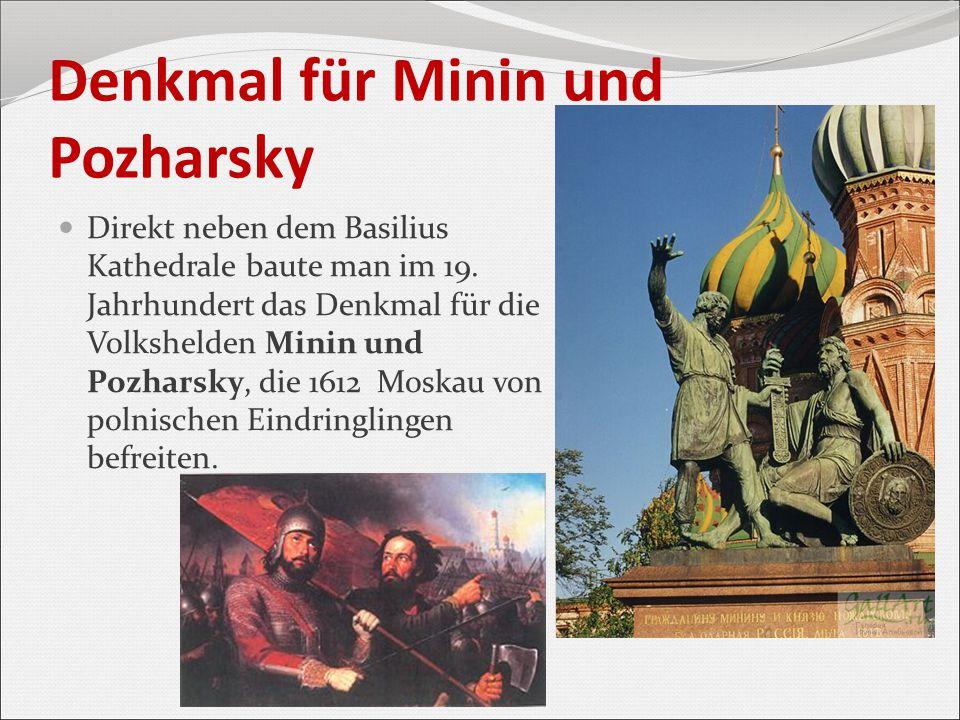 Denkmal für Minin und Pozharsky Direkt neben dem Basilius Kathedrale baute man im 19. Jahrhundert das Denkmal für die Volkshelden Minin und Pozharsky,