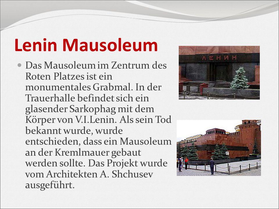 Lenin Mausoleum Das Mausoleum im Zentrum des Roten Platzes ist ein monumentales Grabmal. In der Trauerhalle befindet sich ein glasender Sarkophag mit