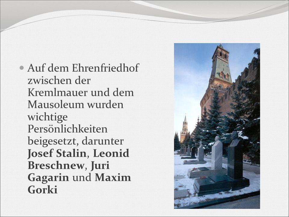 Auf dem Ehrenfriedhof zwischen der Kremlmauer und dem Mausoleum wurden wichtige Persönlichkeiten beigesetzt, darunter Josef Stalin, Leonid Breschnew,