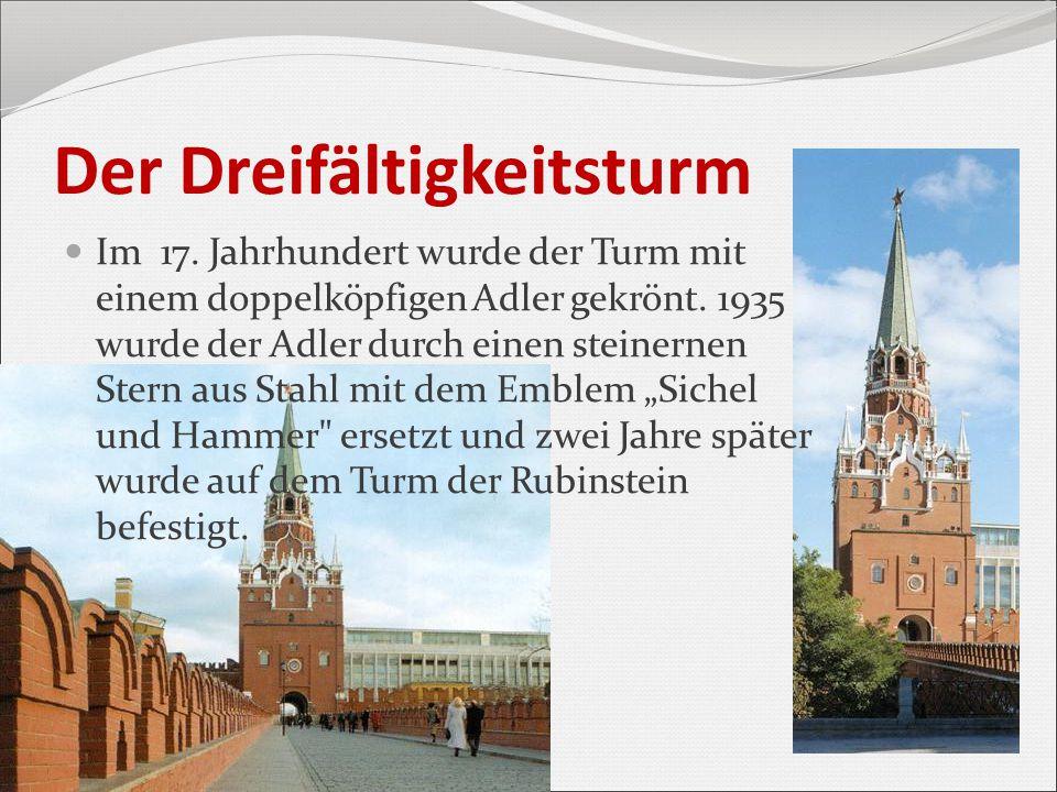 Der Dreifältigkeitsturm Im 17. Jahrhundert wurde der Turm mit einem doppelköpfigen Adler gekrönt. 1935 wurde der Adler durch einen steinernen Stern au