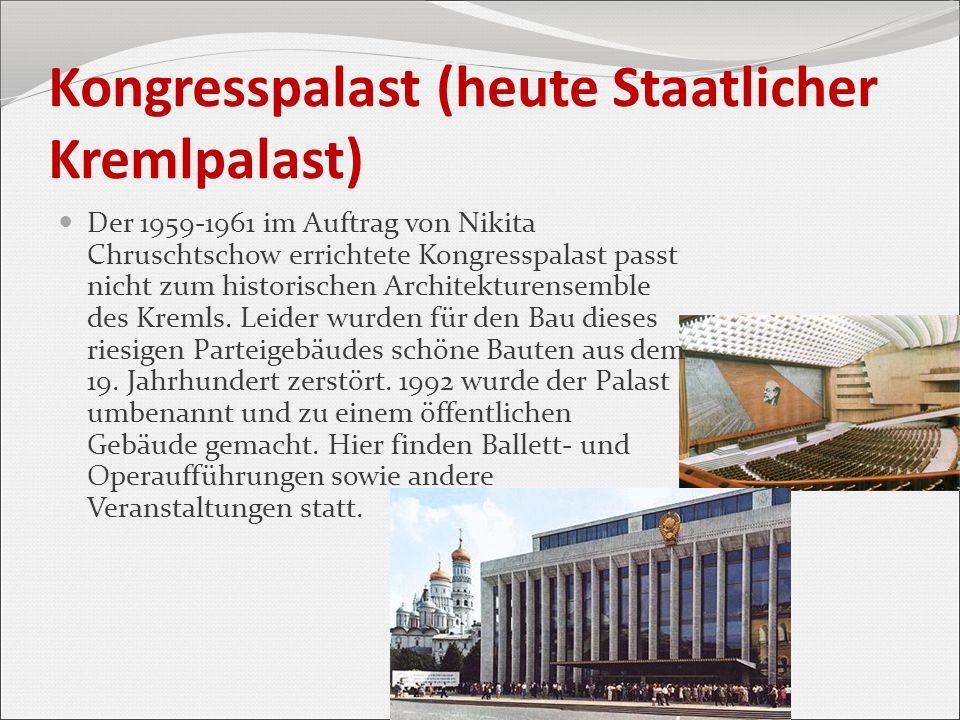 Kongresspalast (heute Staatlicher Kremlpalast) Der 1959-1961 im Auftrag von Nikita Chruschtschow errichtete Kongresspalast passt nicht zum historische