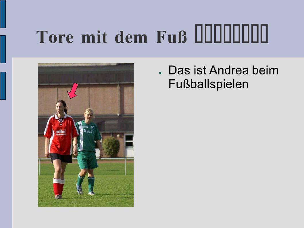 Tore mit dem Fuß erzielen ● Das ist Andrea beim Fußballspielen ● Ein Blick in ihr Gesicht genügt um zu sehen, was sie vor hat