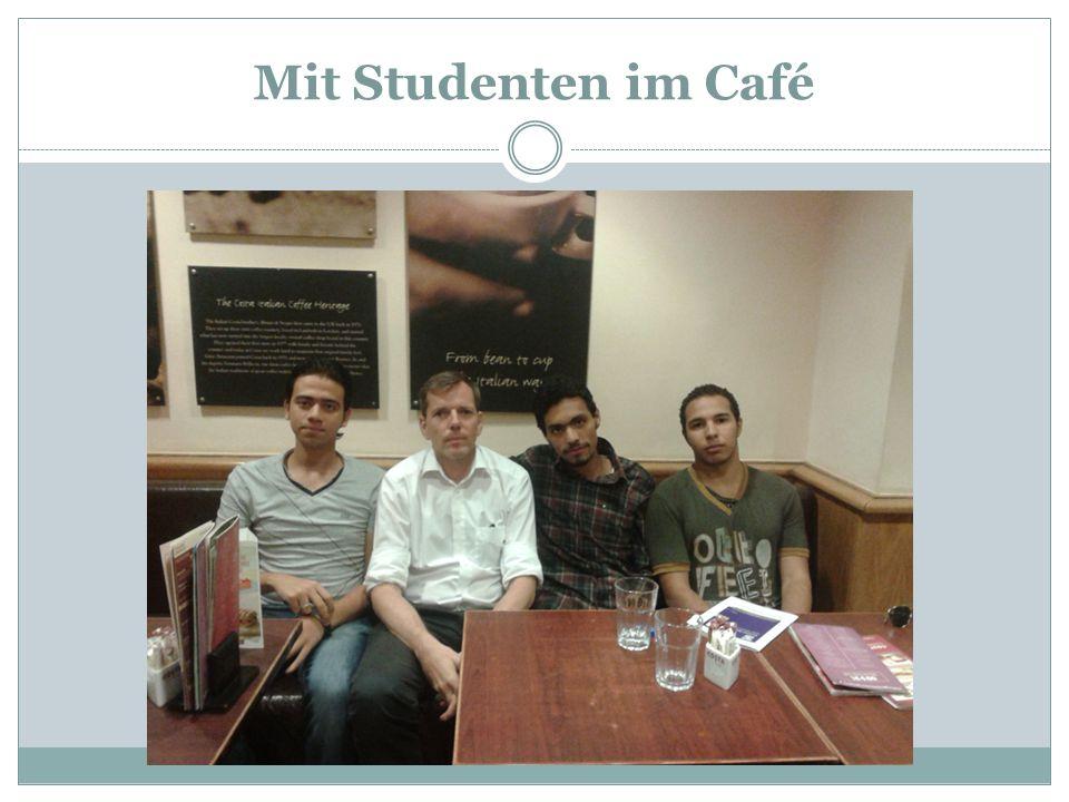Mit Studenten im Café
