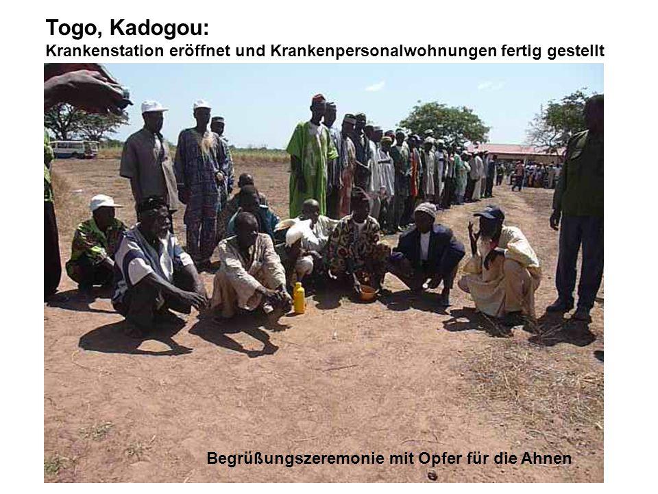Togo, Kadogou: Krankenstation eröffnet und Krankenpersonalwohnungen fertig gestellt Begrüßungszeremonie mit Opfer für die Ahnen