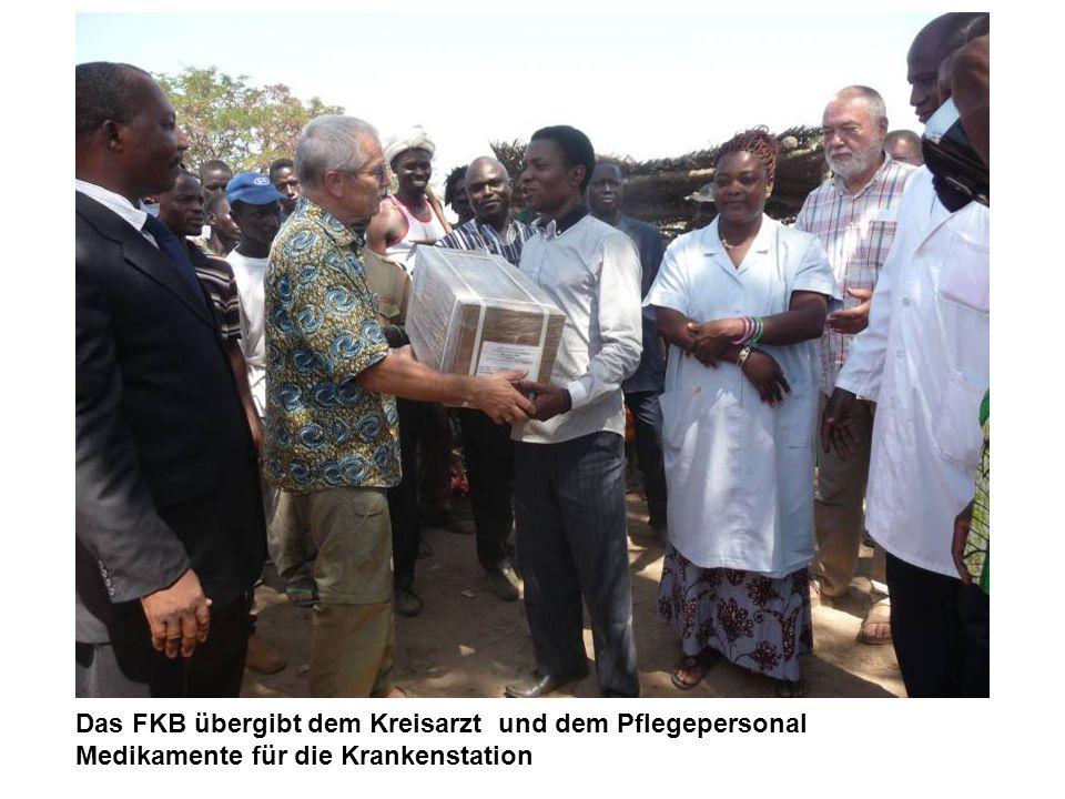 Das FKB übergibt dem Kreisarzt und dem Pflegepersonal Medikamente für die Krankenstation
