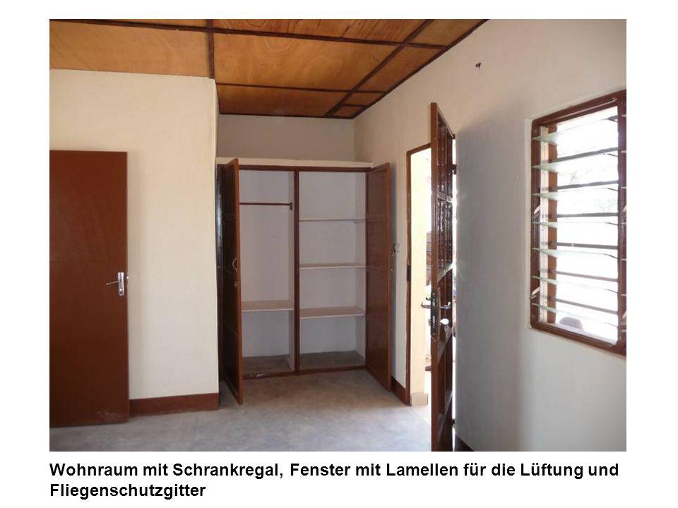 Wohnraum mit Schrankregal, Fenster mit Lamellen für die Lüftung und Fliegenschutzgitter
