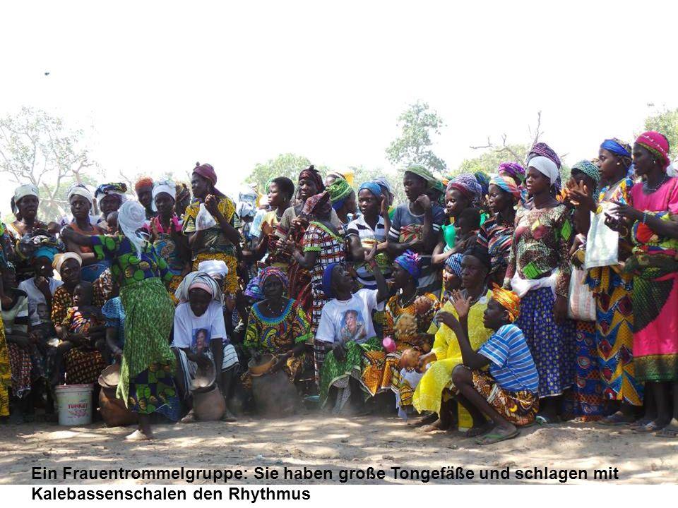 Ein Frauentrommelgruppe: Sie haben große Tongefäße und schlagen mit Kalebassenschalen den Rhythmus