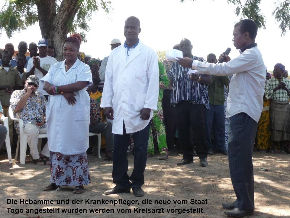 Die Hebamme und der Krankenpfleger, die neue vom Staat Togo angestellt wurden werden vom Kreisarzt vorgestellt.