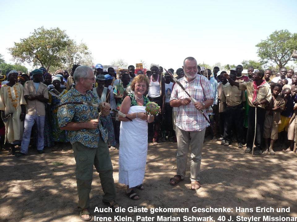 Auch die Gäste gekommen Geschenke: Hans Erich und Irene Klein, Pater Marian Schwark, 40 J. Steyler Missionar