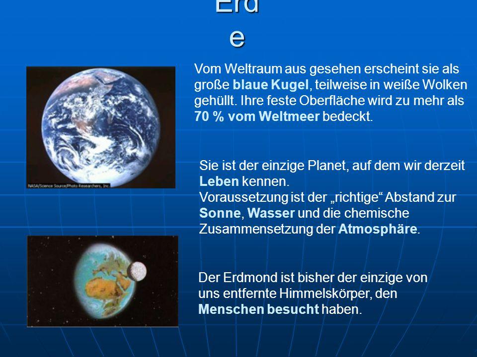 Erd e Vom Weltraum aus gesehen erscheint sie als große blaue Kugel, teilweise in weiße Wolken gehüllt. Ihre feste Oberfläche wird zu mehr als 70 % vom
