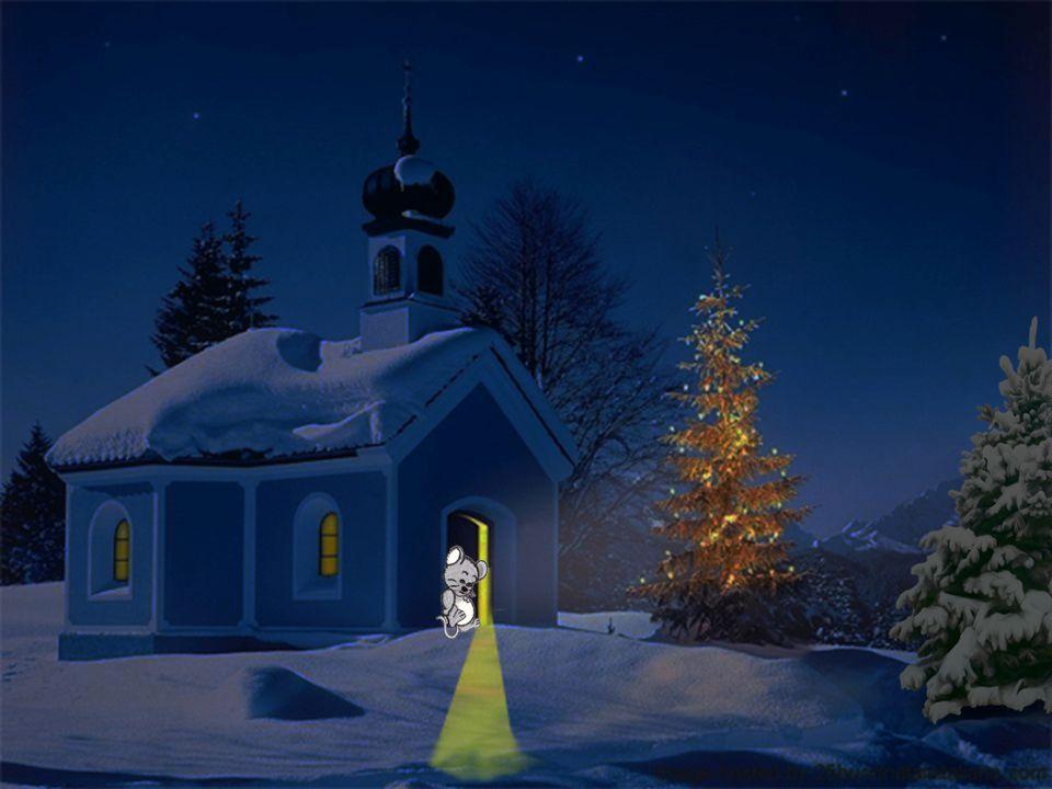 Da sah sie eine Kirche! Die grosse schwere Holztür stand einen Spaltbreit offen, und ein Lichtstrahl fiel nach draussen auf den Schnee. Die Maus späht