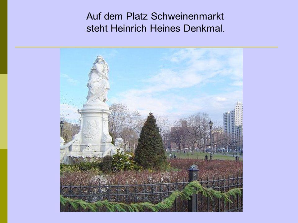 Auf dem Platz Schweinenmarkt steht Heinrich Heines Denkmal.
