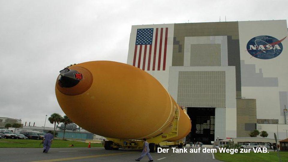 """Der Tank wird aus der Fähre """"Pegasus"""" herausgeholt."""