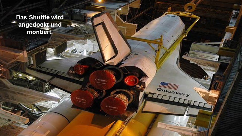 Das Shuttle wird zum externen Tank geliftet.