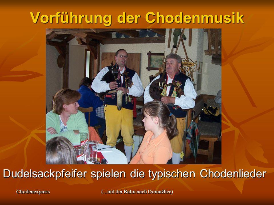 Chodenexpress(...mit der Bahn nach Domažlice) Vorführung der Chodenmusik Dudelsackpfeifer spielen die typischen Chodenlieder