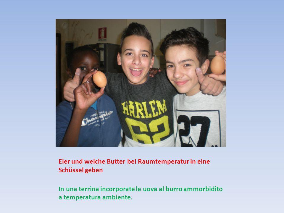 Eier und weiche Butter bei Raumtemperatur in eine Schüssel geben In una terrina incorporate le uova al burro ammorbidito a temperatura ambiente.