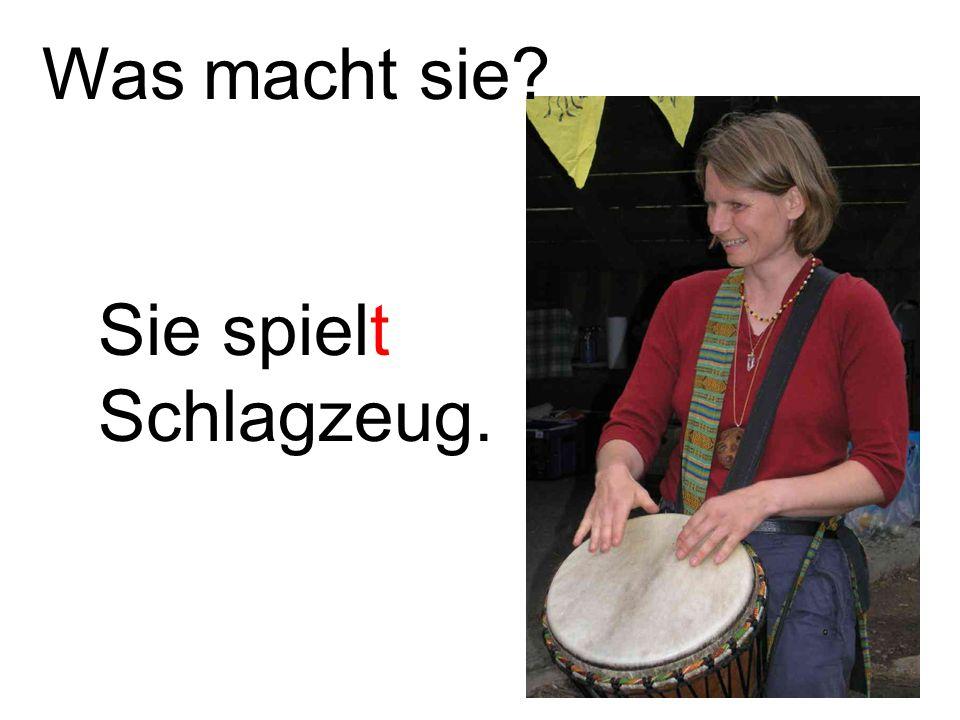 Sie spielt Schlagzeug. Was macht sie?