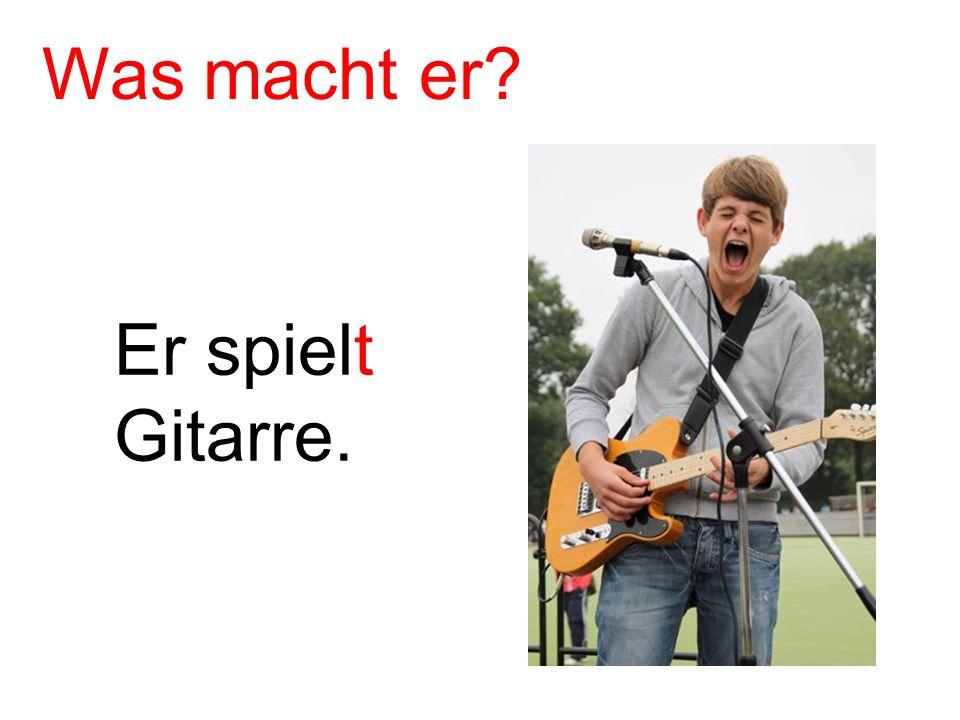 Er spielt Gitarre. Was macht er?