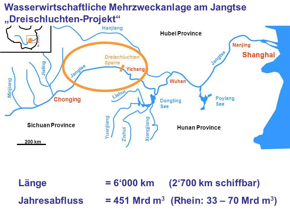 "Chonging Wuhan Yichang Shanghai Nanjing Hubei Province Hunan Province Sichuan Province Jangtse Hanjiang Dongting See Poyiang See Xiangjiang Zishui Yuanjiang Lishui Minjiang Jialing Dreischluchten Sperre Jangtse 200 km Länge = 6'000 km (2'700 km schiffbar) Jahresabfluss= 451 Mrd m 3 (Rhein: 33 – 70 Mrd m 3 ) Wasserwirtschaftliche Mehrzweckanlage am Jangtse ""Dreischluchten-Projekt"