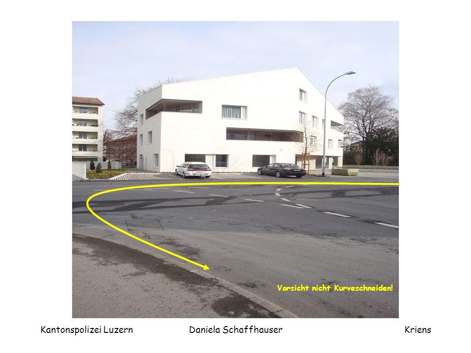 """Kantonspolizei LuzernDaniela SchaffhauserKriens Linkseinmünden Hochrainstrasse - Brunnmattstrasse 1.Blick zurück 2.Handzeichen nach links 3.Einspuren 4.""""STOP – ein Fuss auf Boden aufsetzen."""