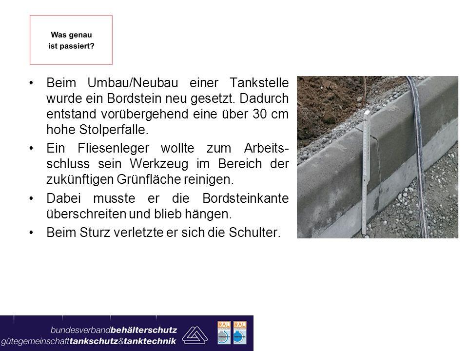 Beim Umbau/Neubau einer Tankstelle wurde ein Bordstein neu gesetzt. Dadurch entstand vorübergehend eine über 30 cm hohe Stolperfalle. Ein Fliesenleger