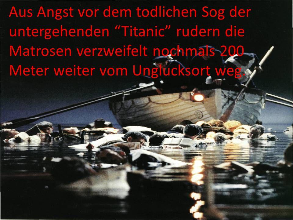 """Aus Angst vor dem todlichen Sog der untergehenden """"Titanic"""" rudern die Matrosen verzweifelt nochmals 200 Meter weiter vom Unglucksort weg."""
