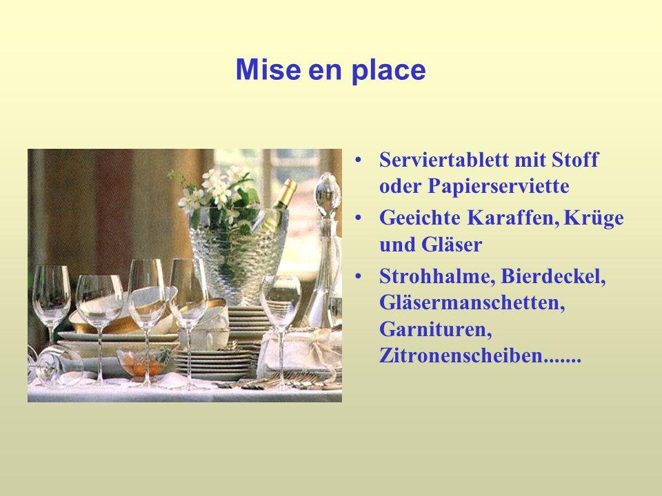 Mise en place Serviertablett mit Stoff oder Papierserviette Geeichte Karaffen, Krüge und Gläser Strohhalme, Bierdeckel, Gläsermanschetten, Garnituren, Zitronenscheiben.......