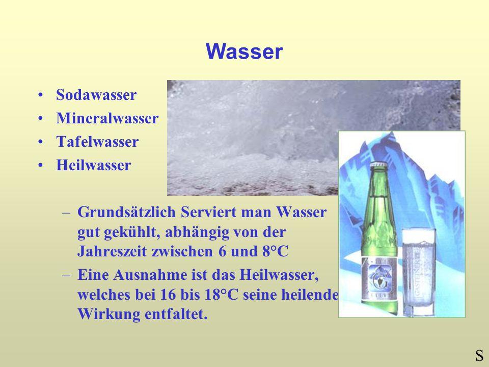 Wasser Sodawasser Mineralwasser Tafelwasser Heilwasser –Grundsätzlich Serviert man Wasser gut gekühlt, abhängig von der Jahreszeit zwischen 6 und 8°C –Eine Ausnahme ist das Heilwasser, welches bei 16 bis 18°C seine heilende Wirkung entfaltet.