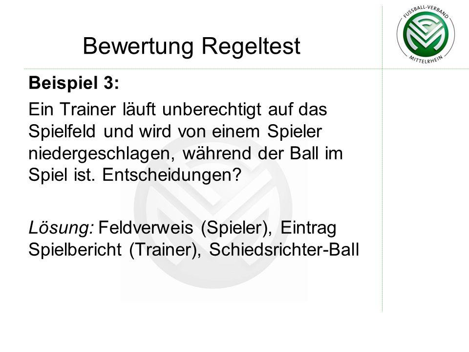 Bewertung Regeltest Beispiel 3: Ein Trainer läuft unberechtigt auf das Spielfeld und wird von einem Spieler niedergeschlagen, während der Ball im Spie
