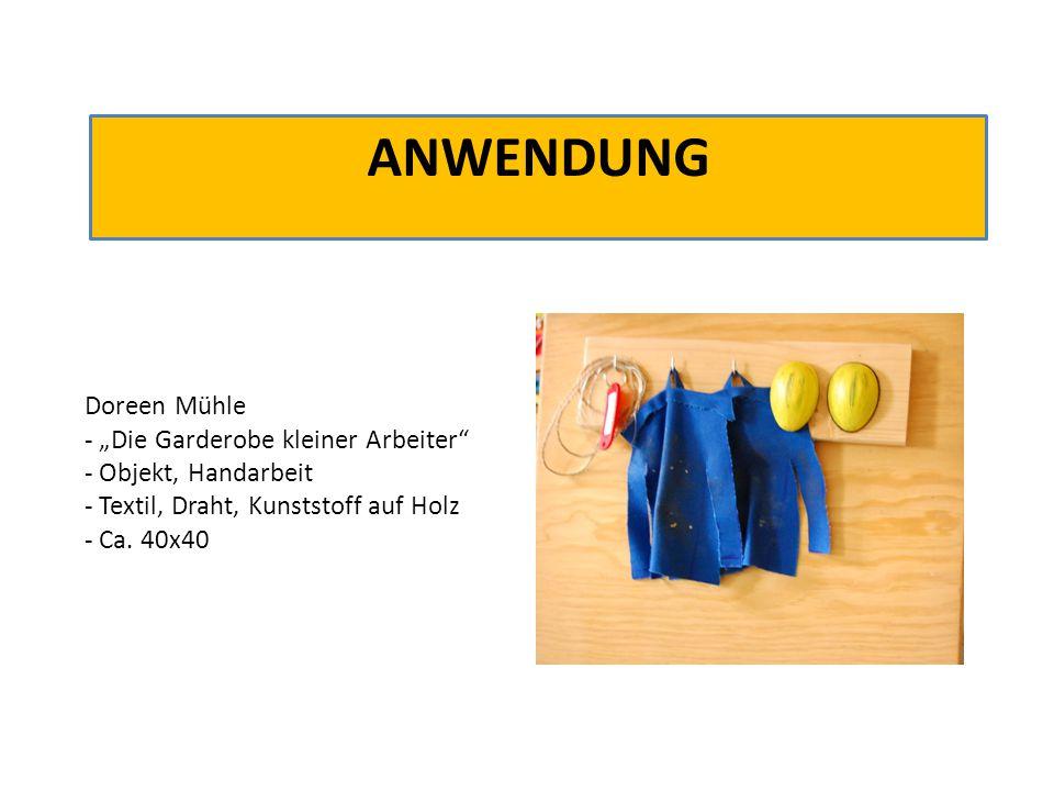 """ANWENDUNG Doreen Mühle - """"Die Garderobe kleiner Arbeiter"""" - Objekt, Handarbeit - Textil, Draht, Kunststoff auf Holz - Ca. 40x40"""