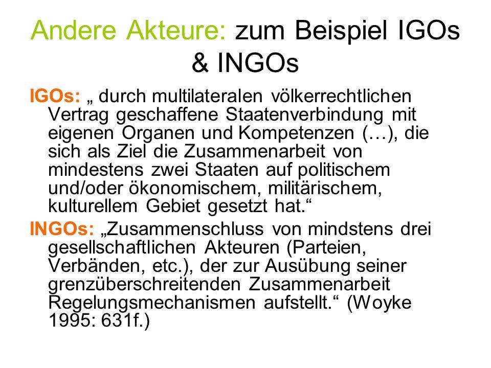 """Andere Akteure: zum Beispiel IGOs & INGOs IGOs: """" durch multilateralen völkerrechtlichen Vertrag geschaffene Staatenverbindung mit eigenen Organen und"""