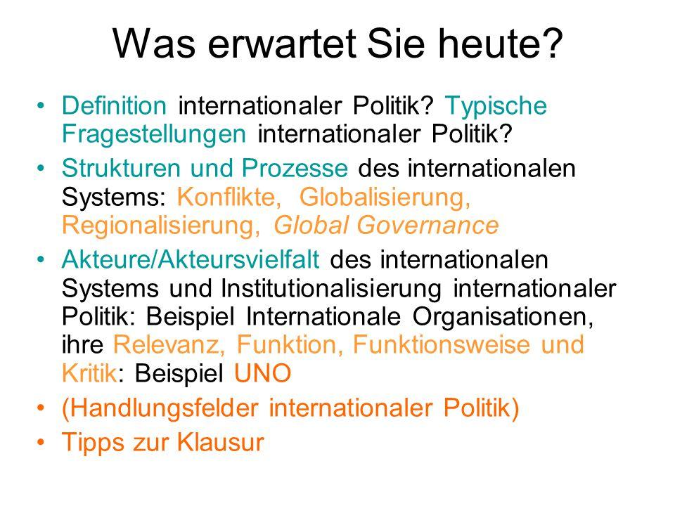 """Andere Akteure: zum Beispiel IGOs & INGOs IGOs: """" durch multilateralen völkerrechtlichen Vertrag geschaffene Staatenverbindung mit eigenen Organen und Kompetenzen (…), die sich als Ziel die Zusammenarbeit von mindestens zwei Staaten auf politischem und/oder ökonomischem, militärischem, kulturellem Gebiet gesetzt hat. INGOs: """"Zusammenschluss von mindstens drei gesellschaftlichen Akteuren (Parteien, Verbänden, etc.), der zur Ausübung seiner grenzüberschreitenden Zusammenarbeit Regelungsmechanismen aufstellt. (Woyke 1995: 631f.)"""