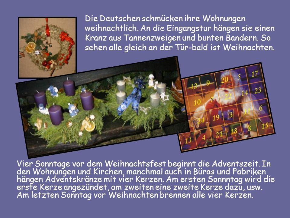 Die Deutschen schmücken ihre Wohnungen weihnachtlich. An die Eingangstur hängen sie einen Kranz aus Tannenzweigen und bunten Bandern. So sehen alle gl