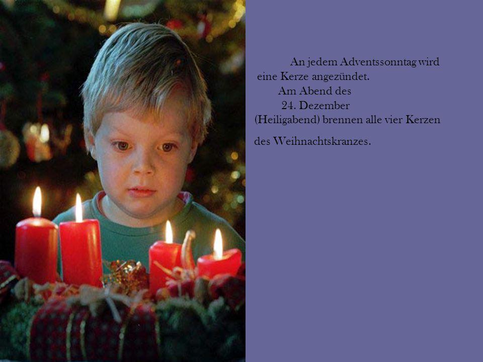 An jedem Adventssonntag wird eine Kerze angezündet. Am Abend des 24. Dezember (Heiligabend) brennen alle vier Kerzen des Weihnachtskranzes.