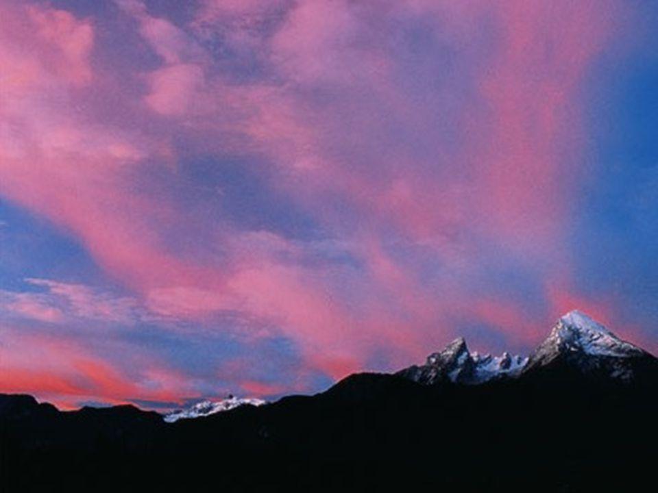 Berchtesgadener Land Das Tal liegt schon im Schatten, aber der Watzmann und die Watzmannfrau mit ihren Kindern fangen noch die letzten Sonnenstrahlen ein.
