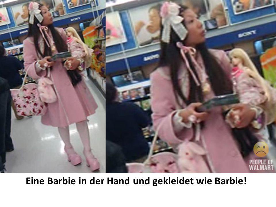 Eine Barbie in der Hand und gekleidet wie Barbie!