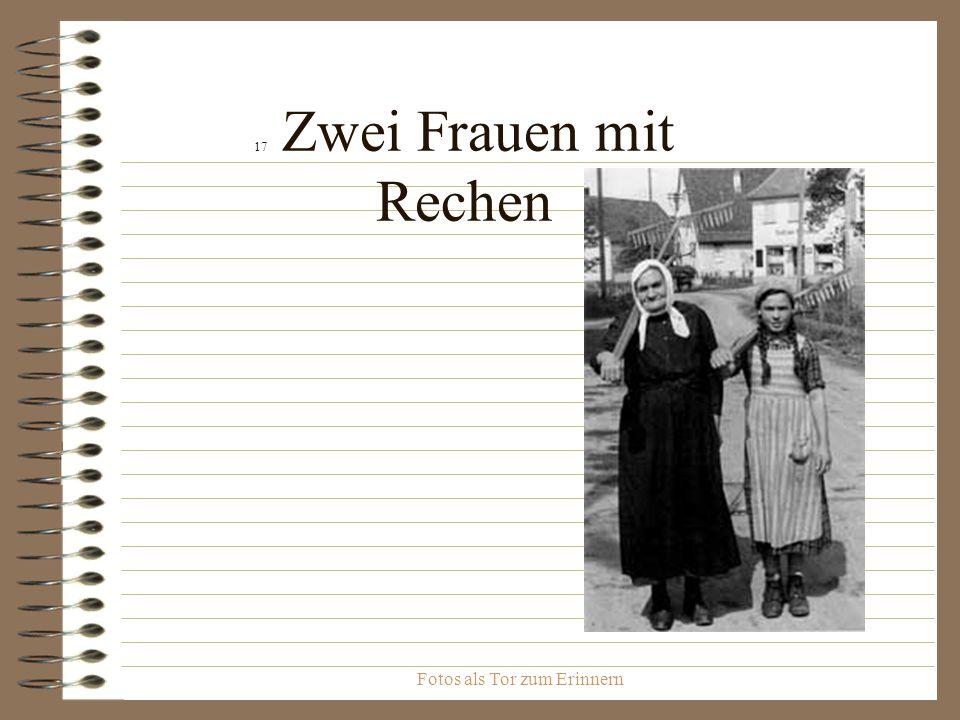 Fotos als Tor zum Erinnern 17 Zwei Frauen mit Rechen