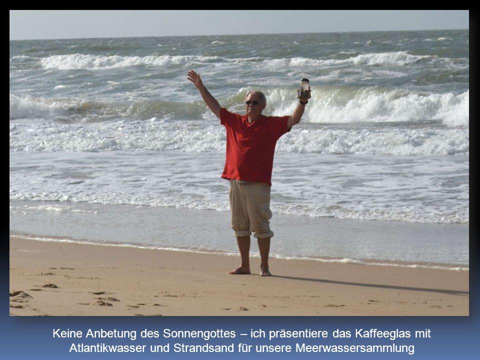 Keine Anbetung des Sonnengottes – ich präsentiere das Kaffeeglas mit Atlantikwasser und Strandsand für unsere Meerwassersammlung