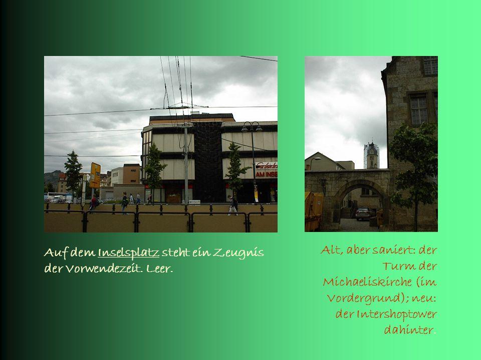Auf dem Inselsplatz steht ein Zeugnis der Vorwendezeit. Leer. Alt, aber saniert: der Turm der Michaeliskirche (im Vordergrund); neu: der Intershoptowe