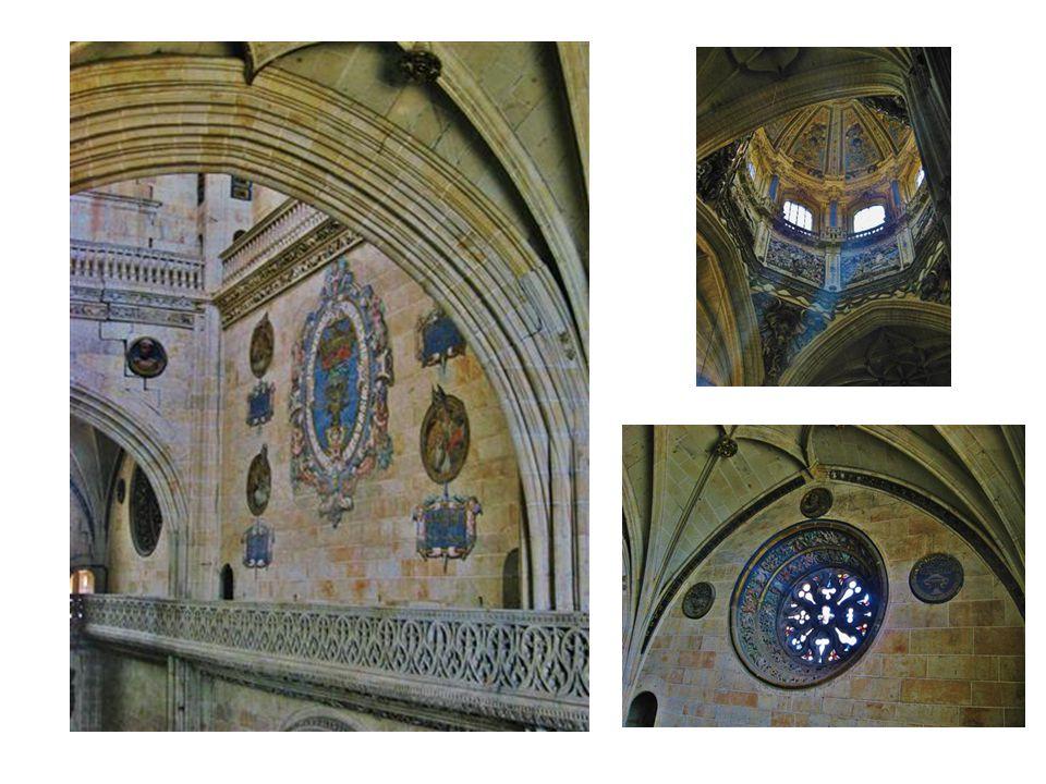 Blick vom Turm hinab in das prunkvolle Innere der Kathedrale