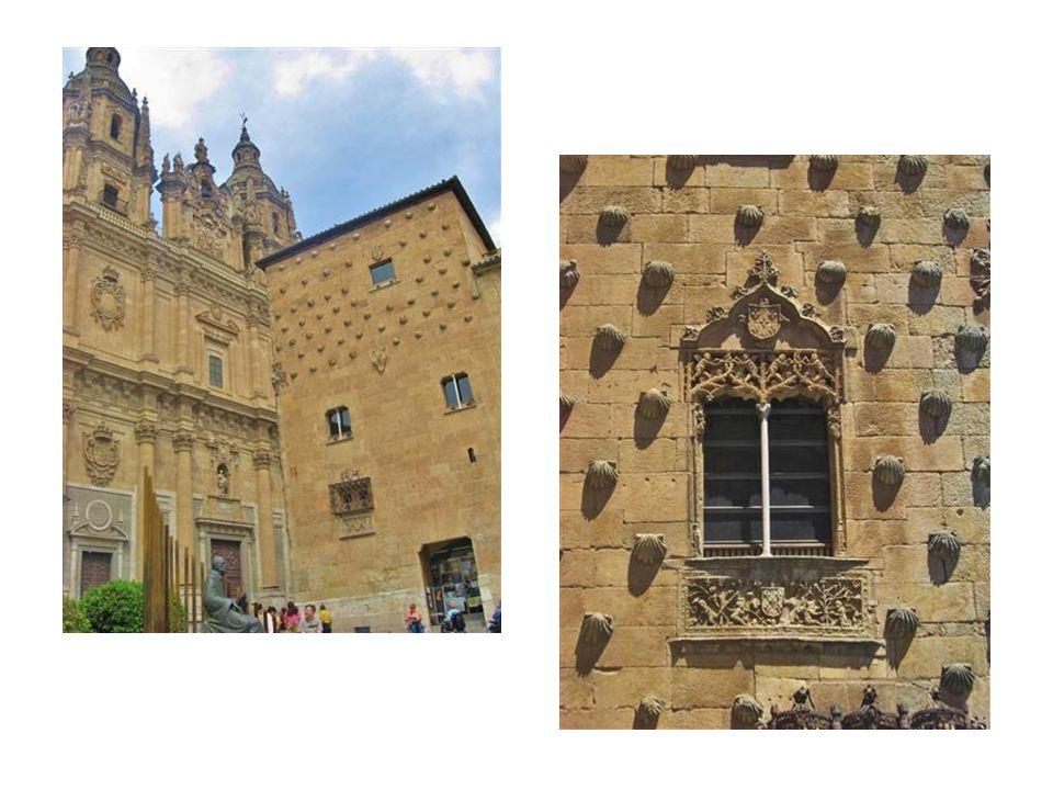 Wahrzeichen der Stadt und repräsentativstes Beispiel des isabellinischen Renaissance-Stils (plateresco Stil) ist die berühmte Casa de las Conchas (Haus der Muscheln) aus dem 15.