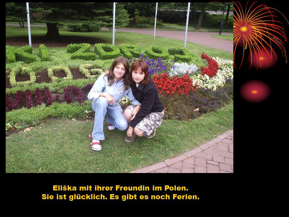 Eliška mit ihrer Freundin im Polen. Sie ist glücklich. Es gibt es noch Ferien.