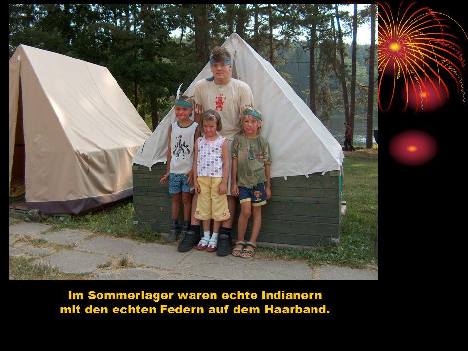 Im Sommerlager waren echte Indianern mit den echten Federn auf dem Haarband.