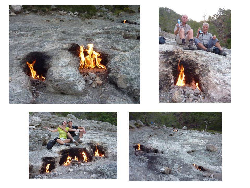 Die ewigen Feuer der Chimäre oder türkisch : Yanartas Früher, vor Jahrtausenden, brannten die Feuer über den Hügeln von Cirali stärker als heute, so dass sie von weithin sichtbar waren und bei Nacht Seeleuten als Orientierung dienten.