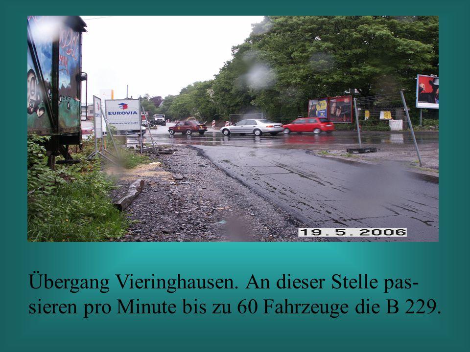 Übergang Vieringhausen. An dieser Stelle pas- sieren pro Minute bis zu 60 Fahrzeuge die B 229.