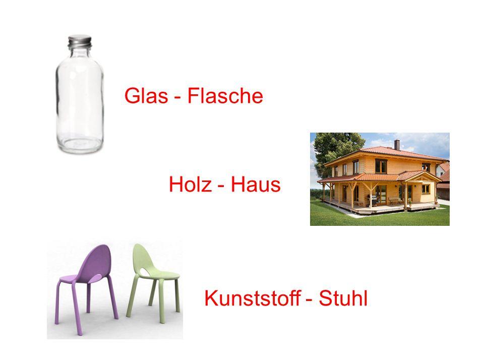 Glasflasche Glas - Flasche Holzhaus Holz - Haus Kunststoffstuhl Kunststoff - Stuhl