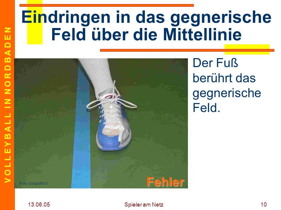 V O L L E Y B A L L I N N O R D B A D E N 13.06.05 Spieler am Netz10 Der Fuß berührt das gegnerische Feld. Eindringen in das gegnerische Feld über die