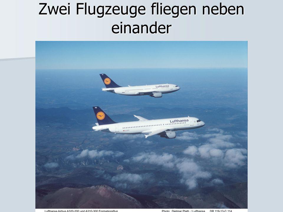Zwei Flugzeuge fliegen neben einander
